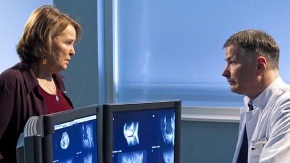 Dr. Heilmann teilt Gerlinde Rössler den Befund ihres Mannes mit.
