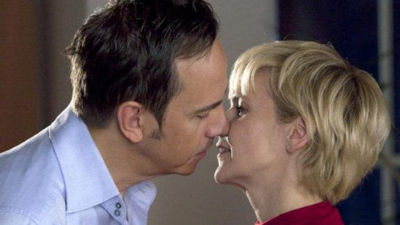 Beim Abschied küssen sich die beiden.