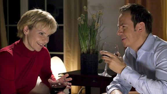 Kathrin und Steffen kommen sich bei Wein und Gespräch näher.