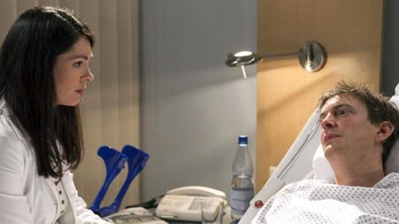 Dr. Eichhorn versucht, Fabian das Verhalten seines Vaters zu erklären.