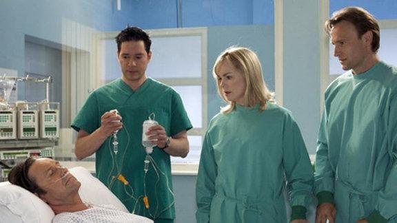 Dr. Brentano vermutet, dass sich Dr. Galz mit Lepra angesteckt hat.
