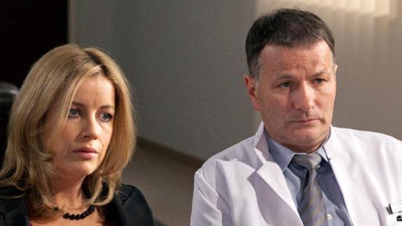 Roland und Sarah diskutieren die finanzielle Notlage der Klinik.