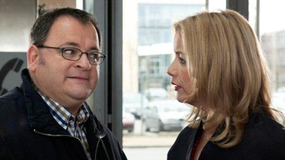 Hans-Peter kommt zu spät und wird von Sarah Marquardt erwischt.
