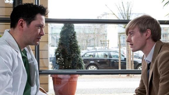 Dr. Brentano spricht mit Larissas Freund Benno Kerth.