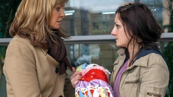 Larissa gibt Yvonne ihr Baby und läuft verstört davon.
