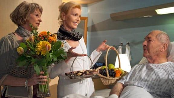 Barbara und Ingrid besuchen Emil Lerchfeld im Krankenhaus.