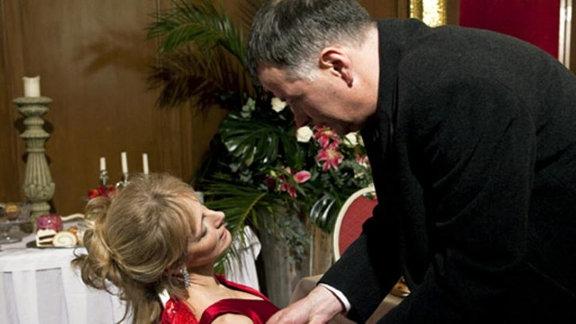 Roland Heilmann kümmert sich um die bewusstlose Evelyn Mensing.
