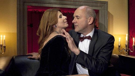 Gunter Mensing flirtet auf dem Ärzteball mit Vera Bader.