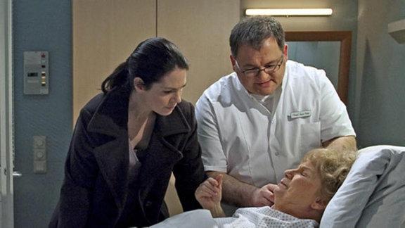 Ilse Friedel hat plötzlich starke Schmerzen im Bauch.