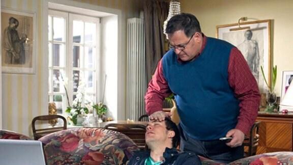 Ferdinand hat unerträgliche Schmerzen. Brenner ruft den Notarzt.