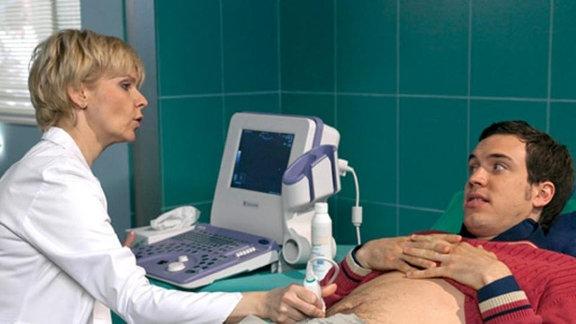 Dr. Kathrin Globisch untersucht Ferdinand Frey.