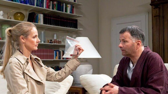 Evelyn Mensing übergibt Dr. Roland Heilmann eindeutige Beweise.