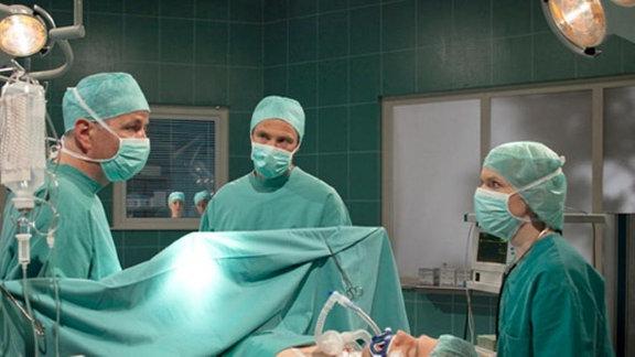 Roland Heilmann, Martin Stein und Kathrin Globisch operieren Jakob.