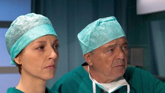 Pia Heilmann und Prof. Simoni beobachten Jakobs Operation.