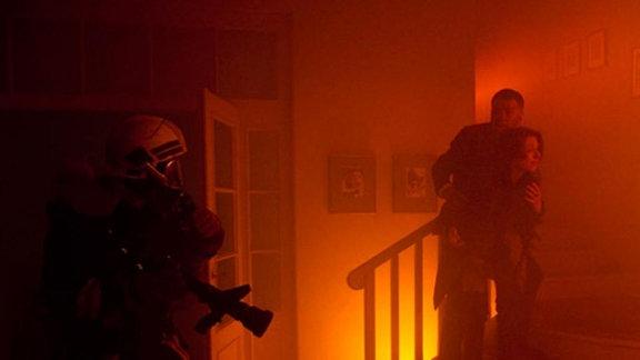 Pia Heilmann sucht in den Flammen nach ihrem Sohn.
