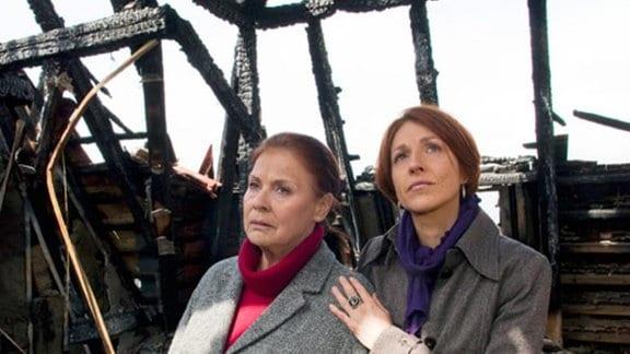 Pia begleitet Charlotte in das abgebrannte Haus.
