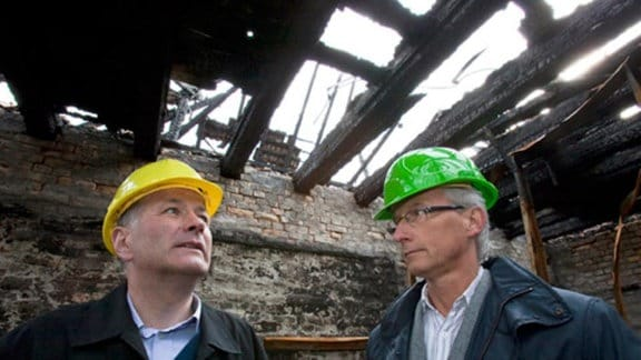 Roland Heilmann holt die Meinung eines Baugutachters ein.