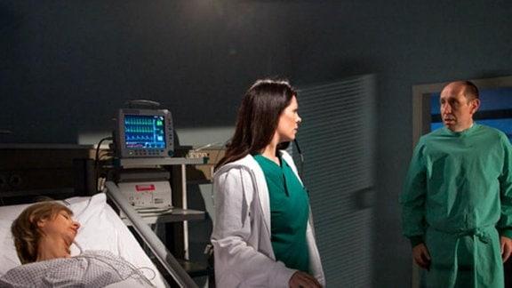 Dieter Brückner bittet Dr. Eichhorn auf die Blutkonserven zu warten.