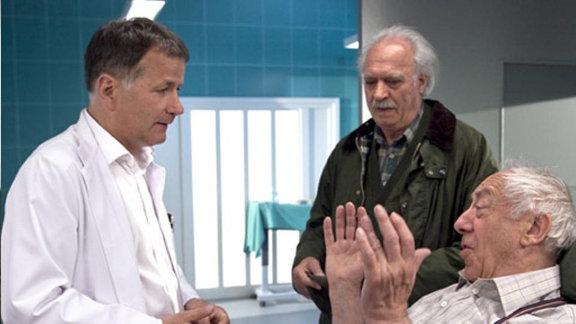 Fritz und Robert erklären Dr. Heilmann den Unfall.