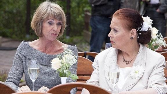 Charlotte versucht ihre Freundin Barbara zu trösten.