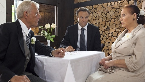 Charlotte bittet Otto allen zu sagen, dass die Hochzeit ausfällt.