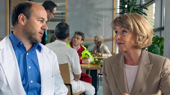 Laborleiter Lothar Gerdes berichtet Barbara von seinem Ärger.