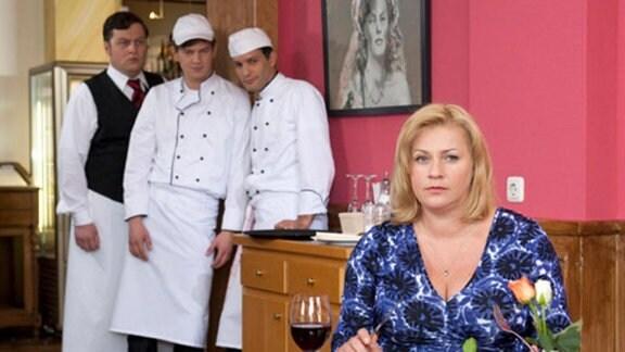In Freddys Restaurant taucht die renommierte Köchin Edda Sassmann auf.