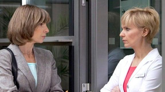 Kathrin redet mit Renate Johrend über deren Zigarettenkonsum.