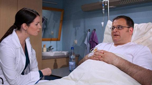Dr. Eichhorn sucht nach der Ursache von Brenners Erkrankung.