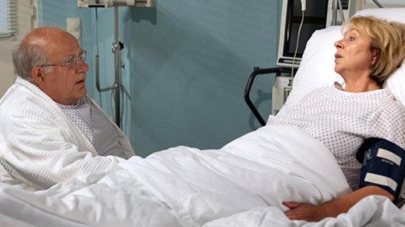 Annerose Runge möchte nicht, dass ihr Mann seine Operation verschiebt.