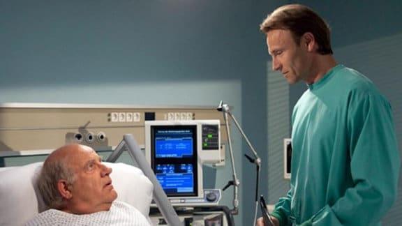 Dr. Martin Stein informiert Eduard Runge über den Zustand seiner Frau.