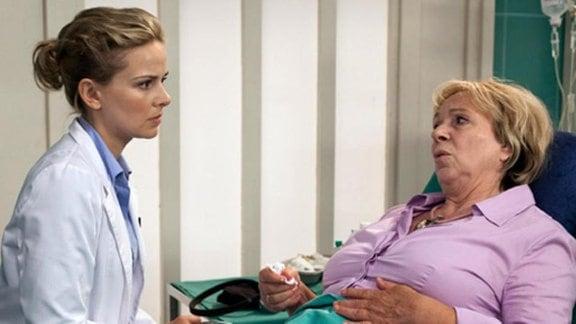 Annerose Runge klagt über Unwohlsein. Dr. Isabel Dahl untersucht sie.