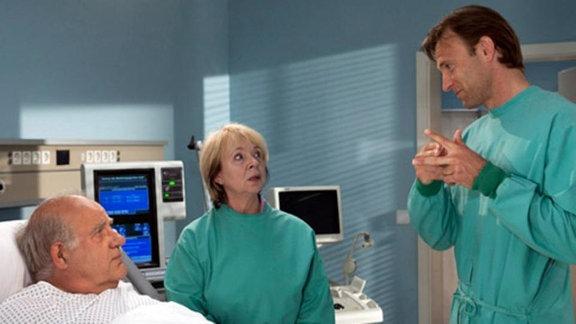 Eduard Runge muss operiert werden. Dr. Stein erklärt den Eingriff.