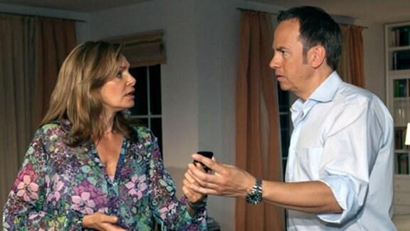 Yvonne findet eine verdächtige SMS in Steffens Mobiltelefon.