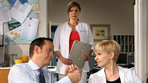 Kathrin und Steffen bemerken nicht, dass Yvonne ihnen zusieht.