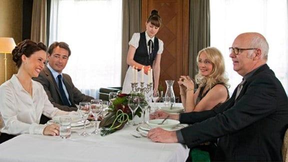 """Beim Geschäftsessen überzeugt Toms """"Gattin"""" Theresa auf ganzer Linie."""