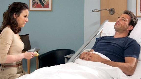 Theresa bringt Tom Brookmann ein paar Sachen in die Klinik.