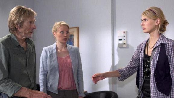 Borgers zweite Tochter Jenny besucht ihn widerwillig im Krankenhaus.
