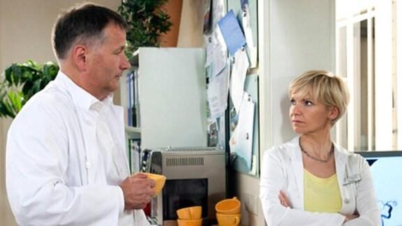 Roland bemerkt Kathrins gute Laune.