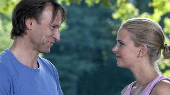 Martin Stein trifft zufällig auf Isabel Dahl und verabredet sich mit ihr.