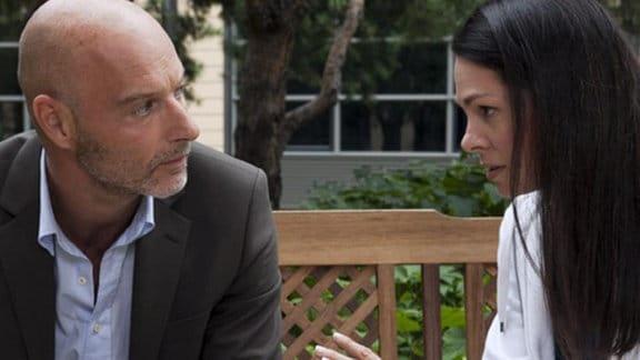 Dr. Eichhorn bittet Marc Backus, noch mal mit seiner Frau zu sprechen.