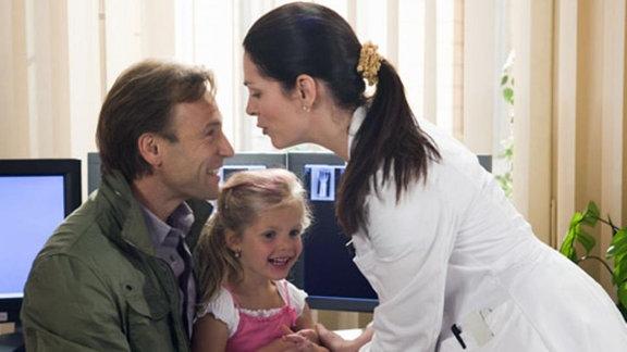 Sophie und Martin kommen, um Elena nach der Arbeit abzuholen.