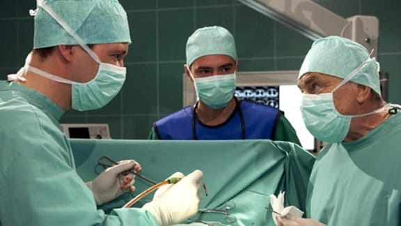Prof. Simonis Operation läuft nicht wie erhofft.