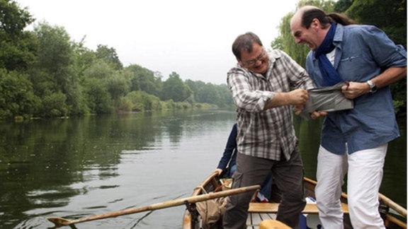 Hans-Peter Brenner und Julius Doberer kämpfen um die Wasserkarte.