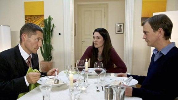 Elena Eichhorn schlichtet einen Streit zwischen Kaminski und Fabian.