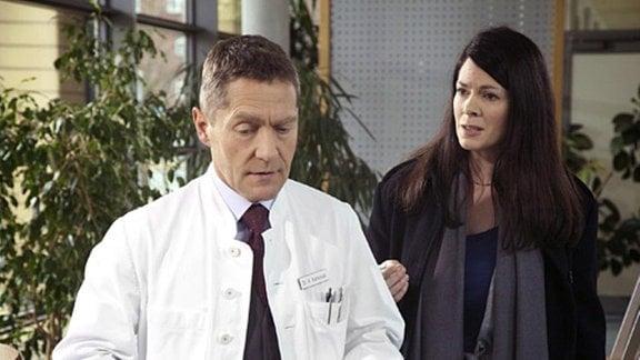 Auch von Dr. Kaminski erfährt Elena nicht, was genau zwischen Martin und ihm vorgefallen ist.