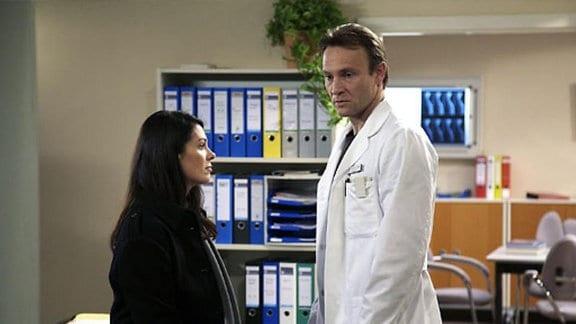Martin gesteht Elena, dass er Kaminski an den Kragen gegangen ist.