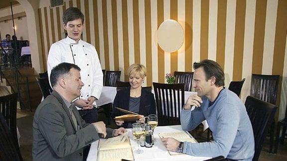 Die Freunde reden und essen gemeinsam, doch Martin hält sich zurück.