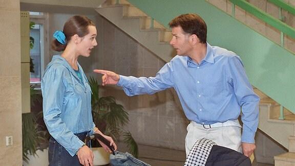 Alina Heilmann (Alissa Jung) weiß gar nicht, wie ihr geschieht. Ihr Vater Roland (Thomas Rühmann) macht ihr aus heiterem Himmel schwere Vorwürfe.