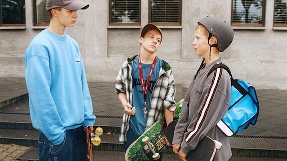 Michel Teichert (Sebastian Brandt, links) und Jakob Heilmann (Karsten Kühn, rechts) möchten gerne in die Skaterclique aufgenommen werden. Daniel Herrmann (Michael Wiesner, Mitte) bestimmt die vorher zu leistenden Mutproben.